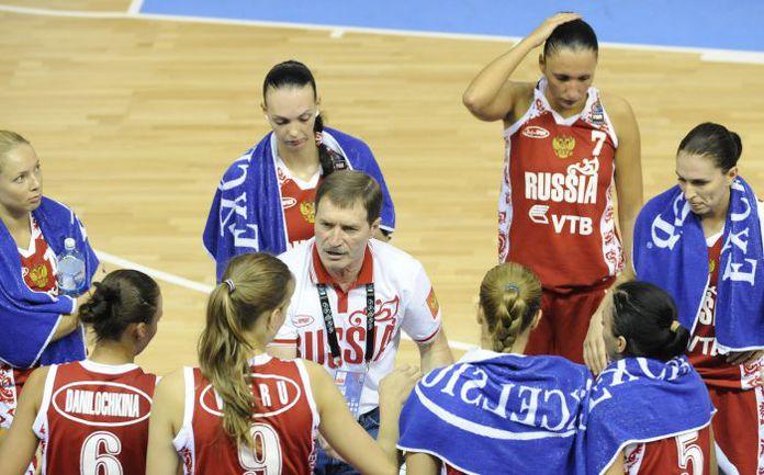 Главной тренер женской сборной России Борис СОКОЛОВСКИЙ со своими подопечными. Фото AFP