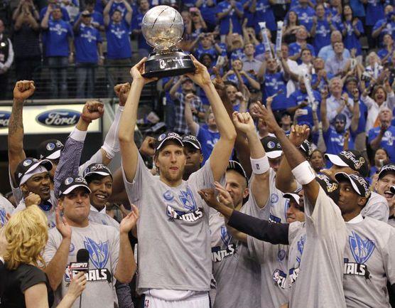 """Вчера. Даллас. """"Даллас"""" - """"Оклахома-Сити"""" - 100:96. Дирк НОВИЦКИ и его партнеры по """"Далласу"""" с призом чемпиону Западной конференции. Фото REUTERS"""