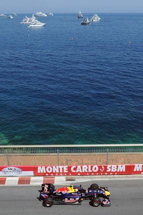 """На первых тренировочных заездах в Монако Марк УЭББЕР и его """"Ред Булл"""" выглядели непривычно скромно. Фото AFP"""