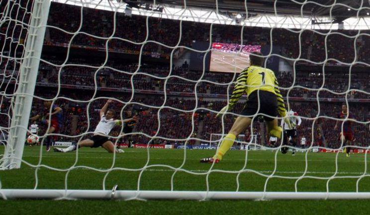 """Суббота. Лондон. """"Барселона"""" - """"Манчестер Юнайтед"""" - 3:1. ПЕДРО (слева) опережает Неманью ВИДИЧА и открывает счет финала. Фото REUTERS"""