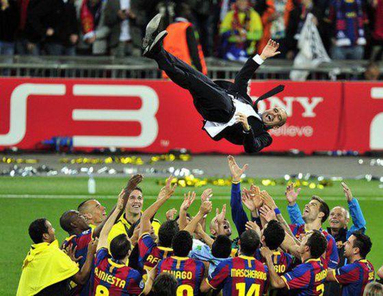 """Сегодня. Лондон. Игроки """"Барселоны"""" """"качают"""" Хосепа ГВАРДЬОЛУ. Фото AFP"""