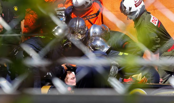"""Вчера. Монте-Карло. Маршалы помогают Виталию ПЕТРОВУ после аварии. Фото """"СЭ"""""""