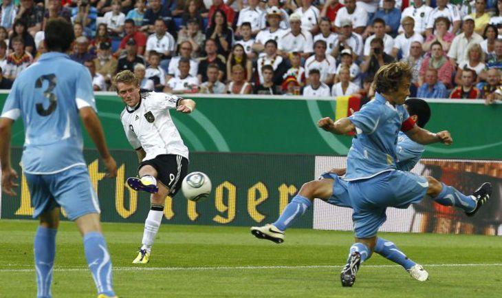 Нападающий сборной Германии Андре ШЮРРЛЕ (№9) забивает победный гол в ворота уругвайцев. Фото REUTERS