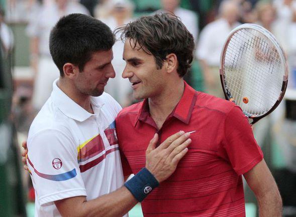 Пятница. Париж. Новак ДЖОКОВИЧ (слева) поздравляет Роджера ФЕДЕРЕРА с победой в полуфинале Roland Garros. Фото AFP