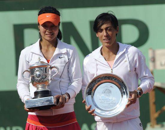 Суббота. Париж. Чемпионка Roland Garros-2011 ЛИ НА (слева) и финалистка Франческа СКЬЯВОНЕ Фото AFP