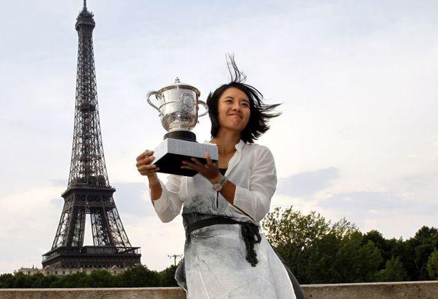 Суббота. Париж. Чемпионка Roland Garros-2011 ЛИ НА. Фото AFP