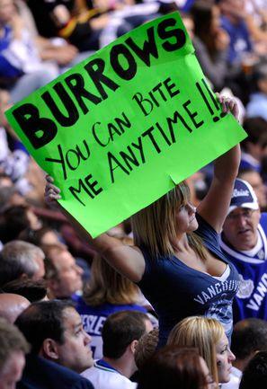 """Суббота. Ванкувер. """"Ванкувер"""" - """"Бостон"""" - 3:2 ОТ. Плакат, посвященный герою финала: """"Барроуз, ты можешь укусить меня в любое время"""". Фото AFP"""