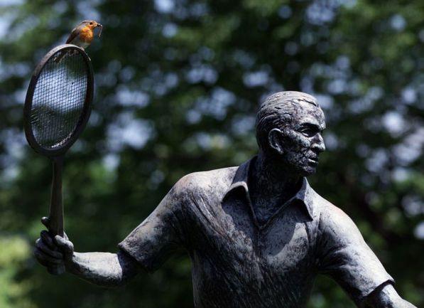 """Памятник Фреду ПЕРРИ - последнему британцу, выигрывавшему Уимблдон в одиночном разряде у мужчин во """"Всеанглийском клубе лаун-тенниса и крокета"""". Фото REUTERS"""