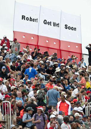 """Суббота. Монреаль. """"Роберт, поправляйся скорее!"""" - гласит призыв болельщиков Роберта Кубицы на баннере, который был вывешен во время квалификации """"Гран-при Канады"""". Фото AFP"""