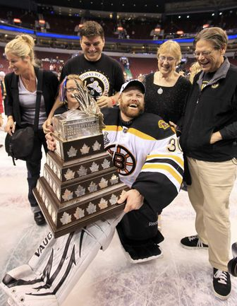 """Четверг. Ванкувер. Голкипер """"Бостона"""" Тим ТОМАС в окружении семьи с призом лучшему игроку плей-офф. Фото REUTERS"""