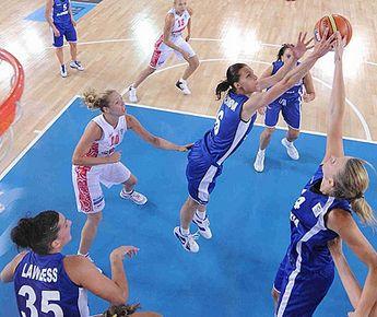 """Суббота. Быдгощ. Россия - Словакия - 68:66. Словацкие баскетболистки в очередной раз демонстрируют тотальное преимущество под кольцом. Фото FIBA-Europe Фото """"СЭ"""""""