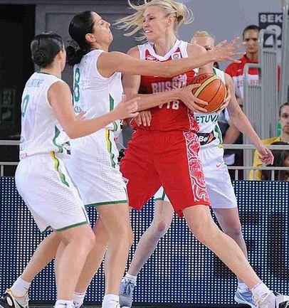 """Воскресенье. Быдгощ. Литва - Россия - 76:64. Мария СТЕПАНОВА в тройном окружении литовских баскетболисток. Фото FIBA-Europe Фото """"СЭ"""""""
