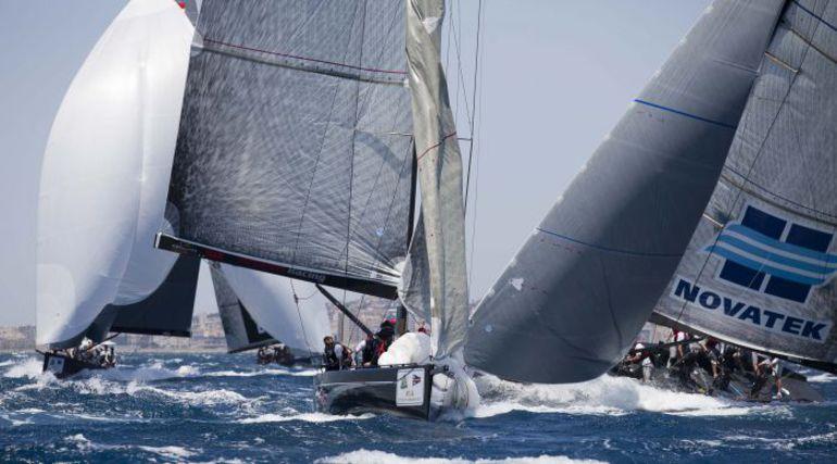 """Гонки флота в Кальяри проходят при сильном ветре. Фото RC44 Фото """"СЭ"""""""