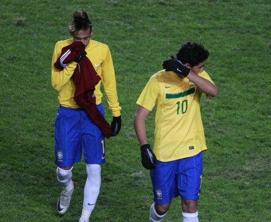Воскресенье. Ла-Плата. Бразилия - Венесуэла - 0:0. Расстроенный НЕЙМАР (слева) покидает поле. Фото REUTERS