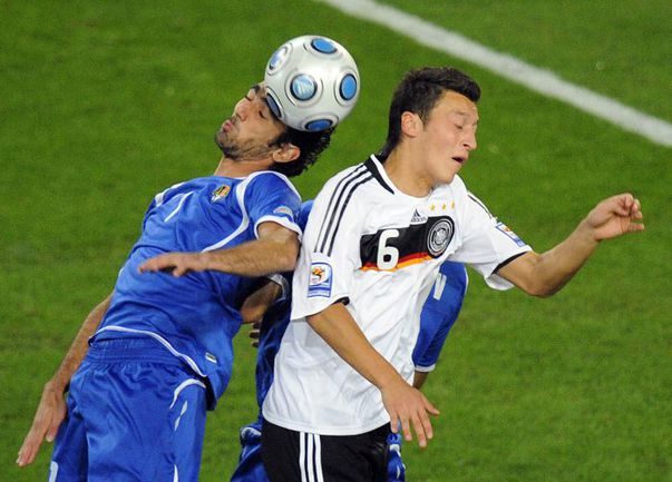 Форвард сборной Азербайджана Вагиф ДЖАВАДОВ (слева). Фото AFP