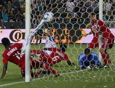 """Суббота. Карсон. """"Лос-Анджелес Гэлакси"""" - """"Чикаго Файр"""" - 2:1. Футболисты """"Чикаго"""" (в красном) наблюдают за тем, как мяч влетает в их ворота после удара Дэвида БЕКХЭМА. Фото AFP"""