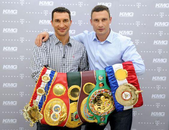 Владимир (слева) и Виталий КЛИЧКО с чемпионскими поясами. Фото AFP