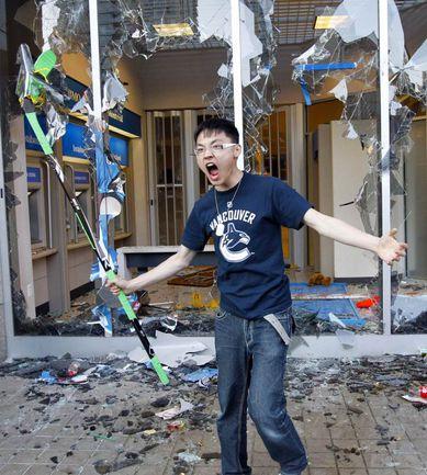 15 июня. Беспорядки в Ванкувере. Фото REUTERS