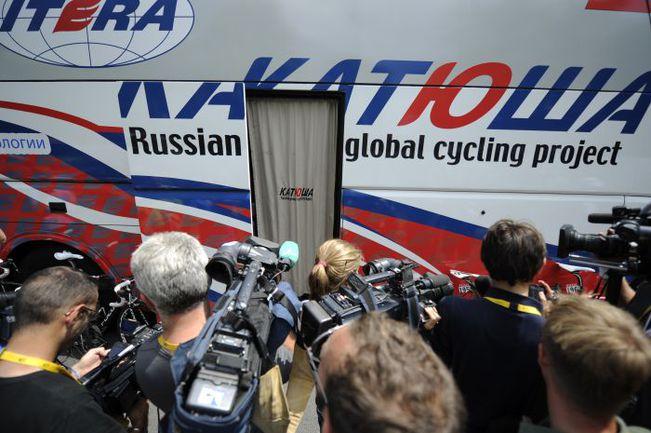 """Вторник. Орильяк. Журналисты осаждают автобус """"Катюши"""" перед стартом 10-го этапа Фото AFP"""