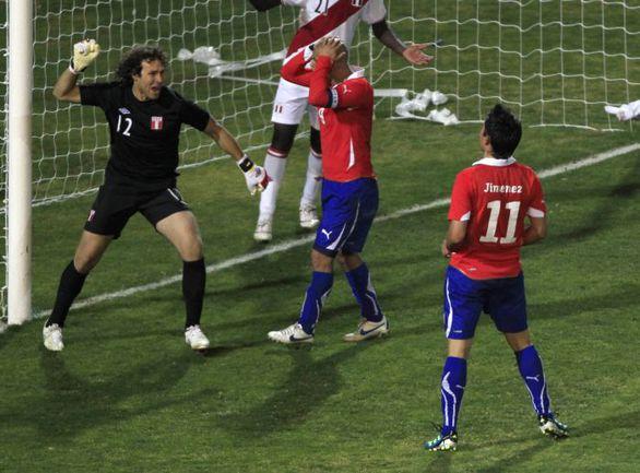 Вторник. Мендоса. Чили - Перу - 1:0. 90+2-я минута. Только что перуанский голкипер Саломон ЛИБМАН совершил грубую ошибку, которая привела к единственному голу в матче. Фото REUTERS