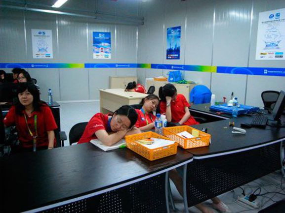 """Сегодня. Пресс-центр чемпионата мира по водным видам спорта в Шанхае. Здесь должны выдаваться аккредитации. Фото Елены ВАЙЦЕХОВСКОЙ, """"СЭ"""" Фото """"СЭ"""""""