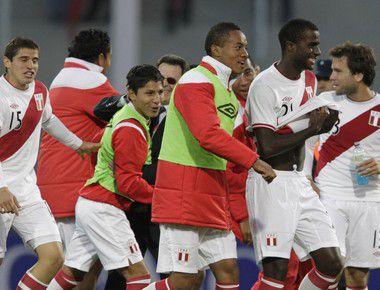 Сборная Перу празднует выход в 1/2 финала Copa America. Фото REUTERS