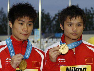 Чемпионы мира в синхронных прыжках с вышки ГО ЛЯН (слева) и ЦИ БО. Фото REUTERS