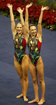Вчера. Шанхай. Чемпионки мира-2011 Светлана РОМАШИНА (слева) и Наталья ИЩЕНКО Фото AFP