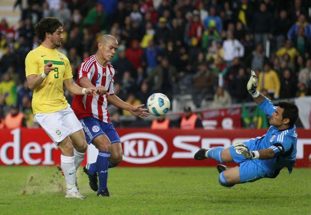 Воскресенье. Ла-Плата. Бразилия - Парагвай - 0:0 (пен. - 0:2). Во втором тайме Алешандре ПАТУ мог дважды принести Бразилии победу, но сначала не смог переиграть вратаря, а затем не попал в пустые ворота. Фото REUTERS