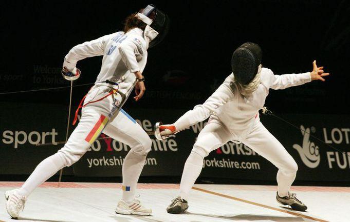 Российская шпажистка Любовь ШУТОВА (справа) на чемпионате Европы в Шеффилде. Фото REUTERS