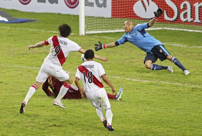 Суббота. Ла-Плата. Перу - Венесуэла - 4:1. 90+2-я минута. Паоло ГЕРРЕРО (№9) отправляет четвертый мяч в сетку ворот Ренни ВЕГИ. Фото REUTERS
