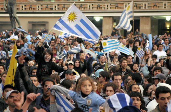 Воскресенье. Болельщики сборной Уругвая празднуют победу своей команды в Кубке Америки. Фото REUTERS