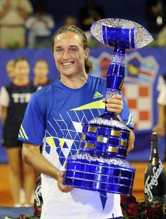 Воскресенье. Умаг. Александр ДОЛГОПОЛОВ с призом за победу на ATP Studena Croatia Open. Фото AFP