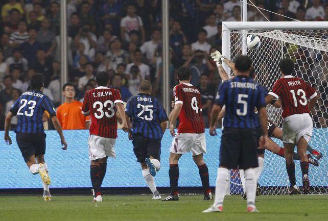 """Сегодня. Пекин. """"Милан"""" - """"Интер"""" - 2:1. """"Интер"""" открывает счет. Фото REUTERS"""