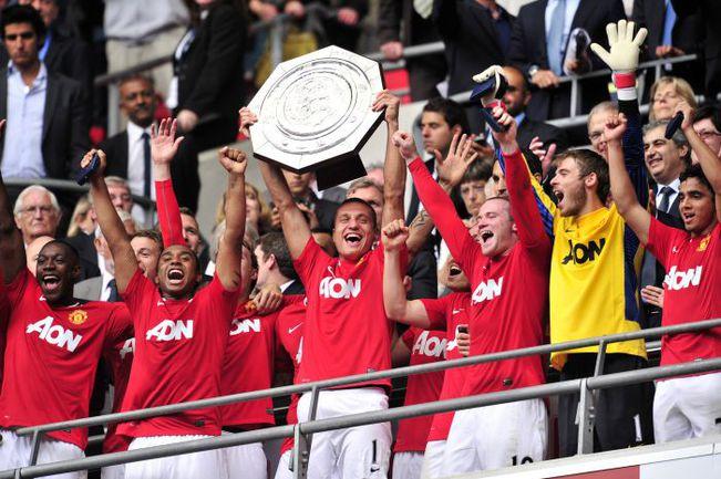 """Сегодня. Лондон. Игроки """"Манчестер Юнайтед"""" празднуют победу в матче за Суперкубок Англии. Фото AFP"""