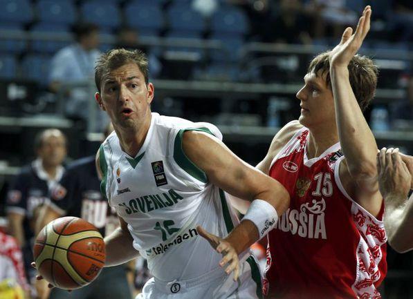 На предстоящем Евробаскете центровой сборной Словении Примож БРЕЗЕЦ (слева) против россиян уже не сыграет. Фото REUTERS