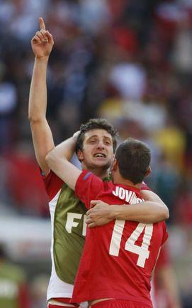18 июня 2010 года. Порт-Элизабет. ЧМ-2010. Германия - Сербия - 0:1. Здравко КУЗМАНОВИЧ вместе с партнерами празднует победу. Фото Reuters