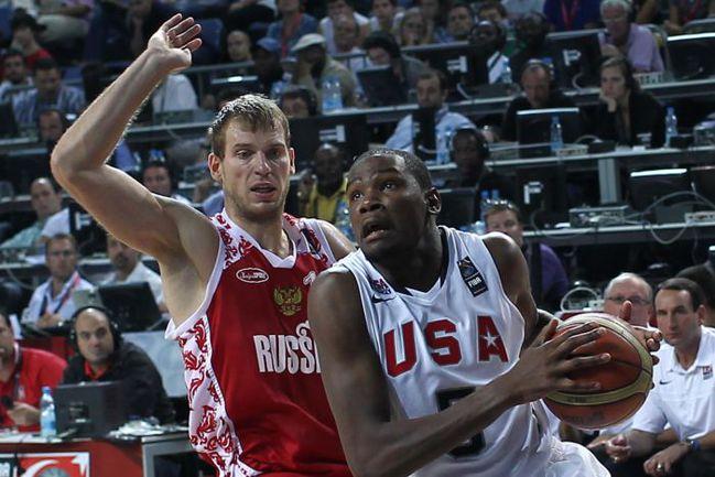 Волна звезд НБА, находящихся в самом соку, во главе с самим Кевином ДЮРАНТОМ (на снимке - в четвертьфинальном матче ЧМ-2010 против сборной России) едет в Европу. Фото AFP