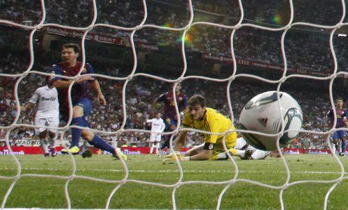"""Воскресенье. Мадрид. """"Реал"""" - """"Барселона"""" - 2:2. Только что Лионель МЕССИ поразил ворота Икера КАСИЛЬЯСА. Фото REUTERS"""