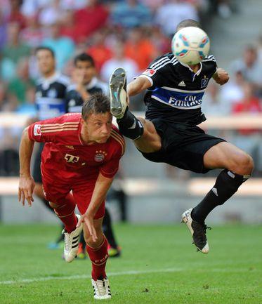 """Суббота. Мюнхен. """"Бавария"""" - """"Гамбург"""" - 5:0. Ивица ОЛИЧ (слева) ставит победную точку в матче. Фото AFP"""