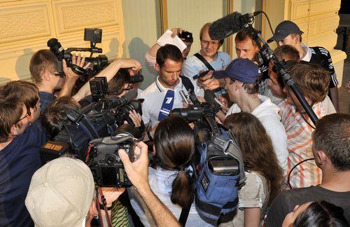 """Понедельник. Москва. Роман ШИРОКОВ в кольце журналистов. Фото Алексея ИВАНОВА, """"СЭ"""" Фото """"СЭ"""""""
