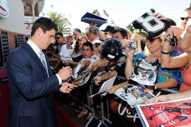 """Всю вторую половину сезона звезда """"Питтсбурга"""" Сидни КРОСБИ занимался не хоккеем, а автографами. Фото AFP"""