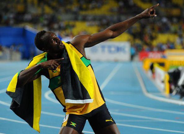 Суббота. Тэгу. Чемпионат мира. Усэйн БОЛТ празднует свой четвертый титул чемпиона мира. Фото AFP