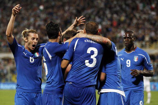 """Вторник. Флоренция. Италия - Словения - 1:0. """"Скуадра адзурра"""" празднует победный гол. Фото REUTERS"""