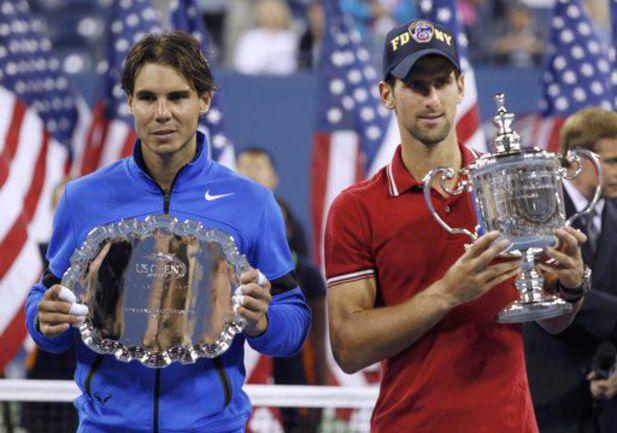 Новак ДЖОКОВИЧ (справа) и Рафаэль НАДАЛЬ с призами чемпиону и финалисту US Open. Фото REUTERS