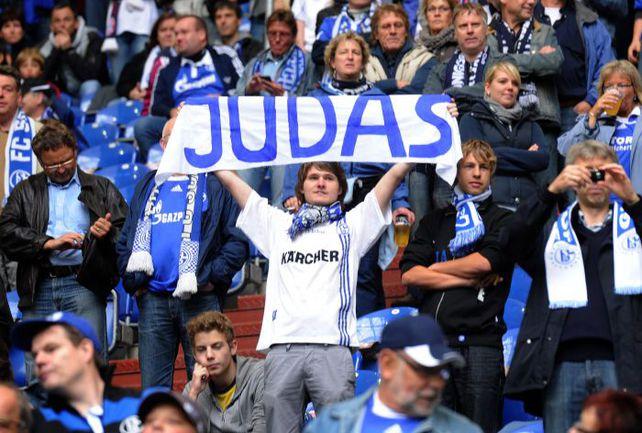 """Вчера. Гельзенкирхен. """"Шальке"""" - """"Бавария"""" - 0:2. Болельщики хозяев сравнили Мануэля Нойера с Иудой. Фото REUTERS"""
