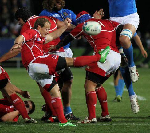 Вчера. Нельсон. Италия - Россия - 53:17. Александр ЯНЮШКИН (слева) выбивает мяч. Фото AFP