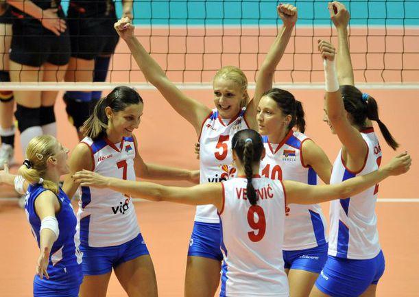 Вчера. Белград. Германия - Сербия - 2:3. В этом году сербский волейбол первым за 20 лет сумел сделать золотой европейский дубль. Фото AFP