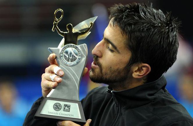 Воскресенье. Куала-Лумпур. Янко ТИПСАРЕВИЧ с призом за победу на Malaysian Open. Фото AFP