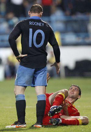 Пятница. Подгорица. Черногория - Англия - 2:2. 74-я минута. Только что Уэйн РУНИ ударил Миодрага ДЖУДОВИЧА, за что будет удален с поля. Фото REUTERS